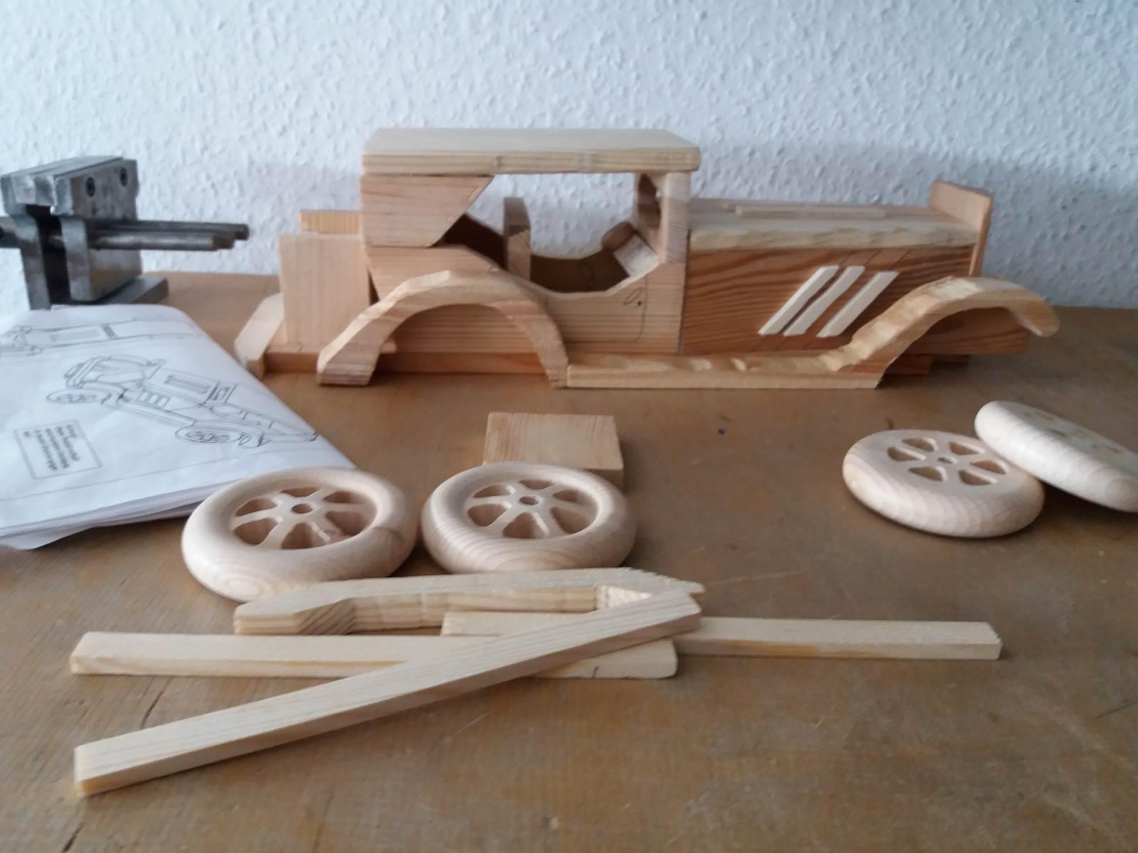 Praxisgemeinschaft-Impulse Rastatt Praxisraum Ergotherapie: Holzarbeit Auto
